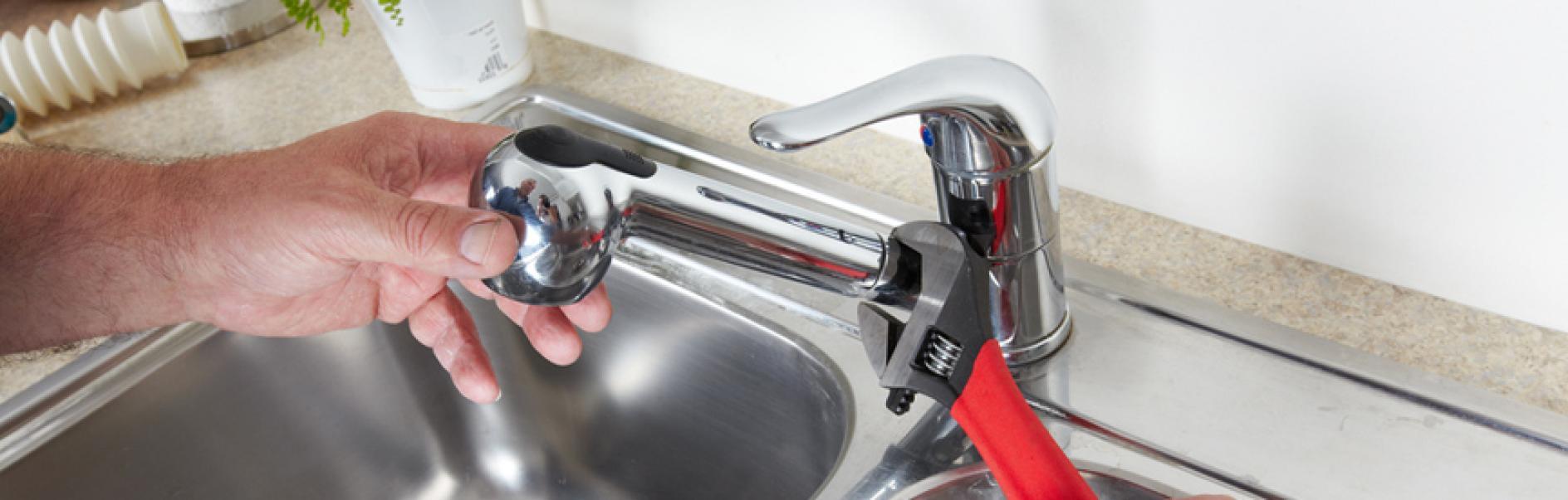 Ha a mosogatógép működik, nagyon óvatosan nyissa ki az ajtaját, mivel a víz kipriccolhat.